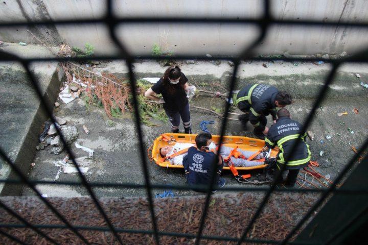 تیم های بسیج شده برای مردی که در کف رودخانه در Kocaeli – Medyabar افتاده است