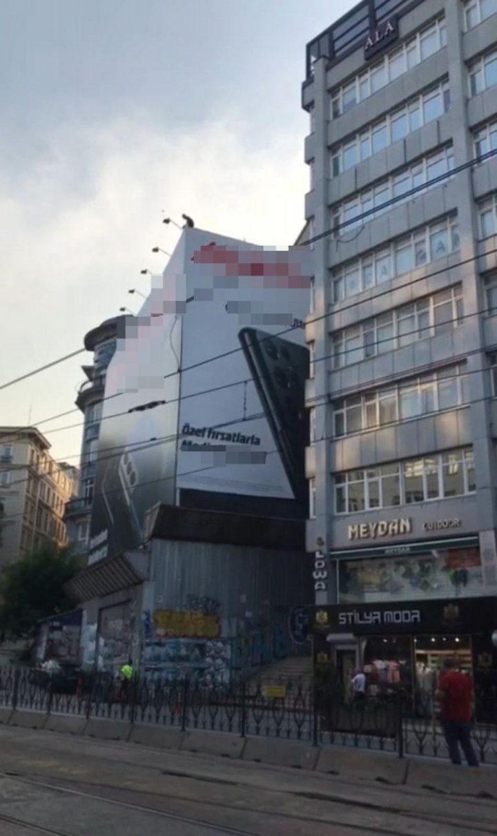 برای خودکشی در استانبول به پشت بام صعود کرد و آنچه را که می توانست در جاده انداخت – Medyabar