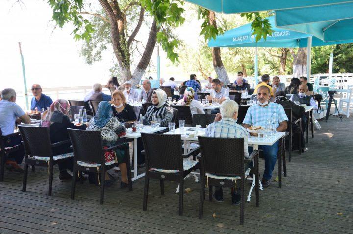 سالمندان در اولین روز هنگام رفع محدودیت ها – مدیابار – در این مراسم در کنار دریاچه جمع شدند